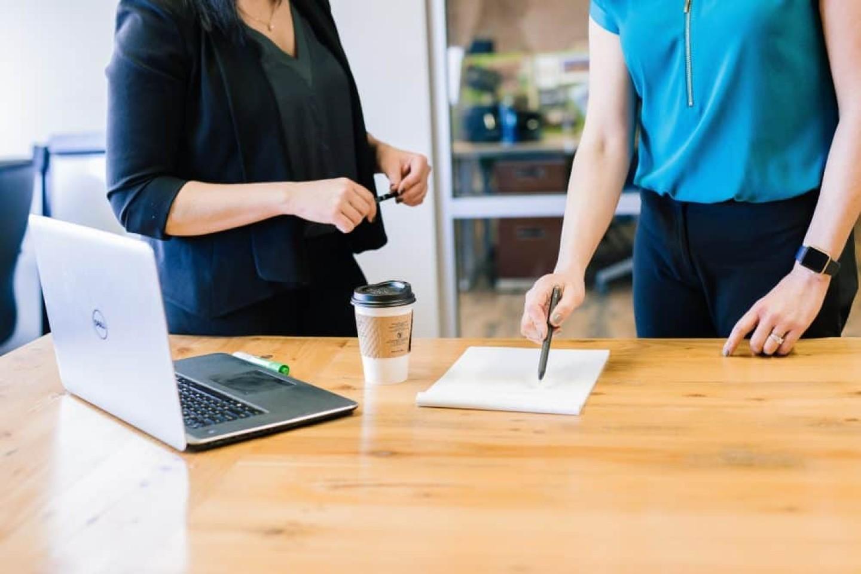 Deux personnes en réunion
